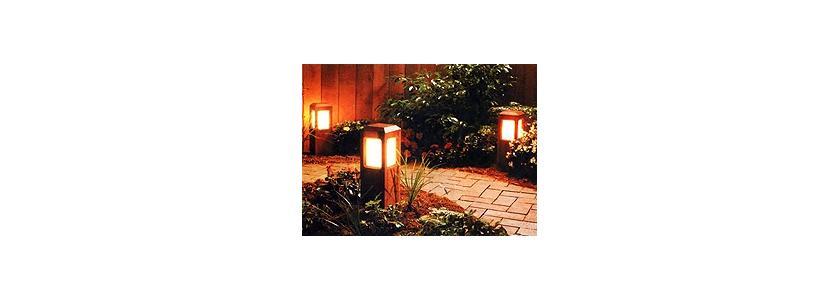 Выпить кофе и осветить сад: наружные светильники для дачи