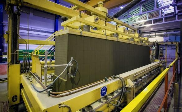 Фото процесса нарезки газоблоков