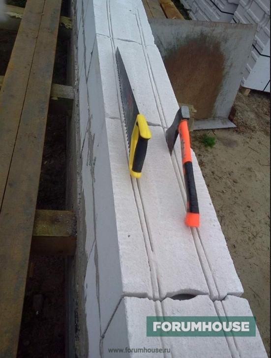 Фото штроба в блоке, сделанная пилой и топориком