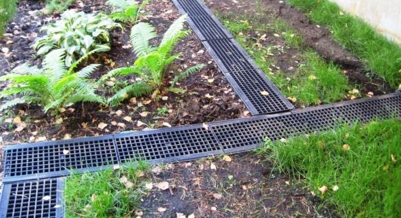 Фото лотки ливневой канализации с решетками для отвода поверхностной воды с застойных зон на участке