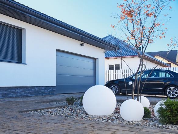Фото энергоэффективные секционные ворота в гараже