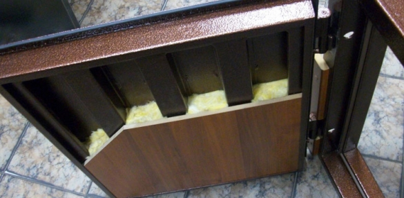 Конденсат на металлической двери: 5 методов устранения проблемы
