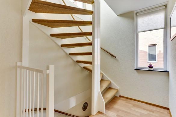 Фото крутая лестница с забежными ступенями