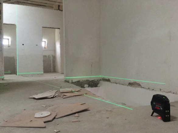 Фото разметка уровня чистового пола нивелиром с зеленым лучом