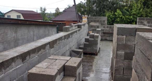 Стена дома из полнотелого блока