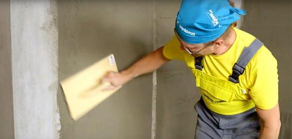 процесс выравнивания бетонных стен под покраску