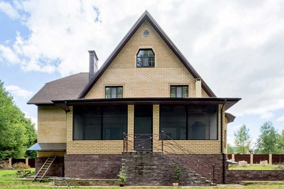 Фото загородный дом с москитными сетками на окнах и на террасе