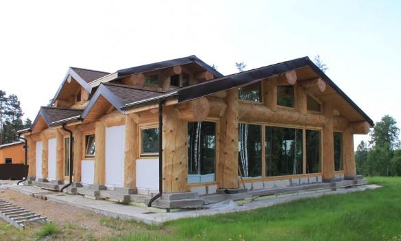 Фото дом пост энд бим с толстыми бревнами и панорамным остеклением