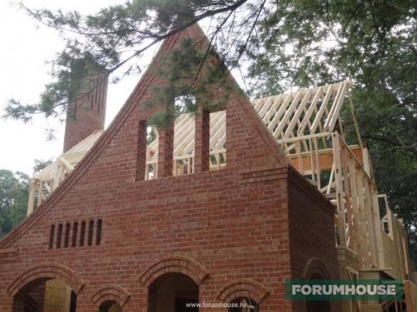Фото зарубежного дома с фасадом из кирпича ручной формовки