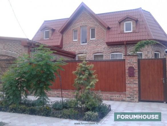 Фото дома с красивым фасадом из рабочего кирпича на белом шве