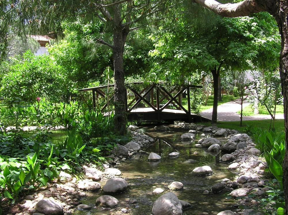 Каменный ручей с вечным движением воды