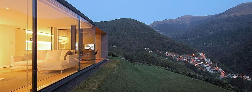 Дом, интегрированный в горы – монолит со стеклянным фасадом